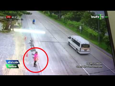 สุพรรณบุรี รถพ่วงชนสาวข้ามถนน | 11-09-58 | เช้าข่าวชัดโซเชียล | ThairathTV