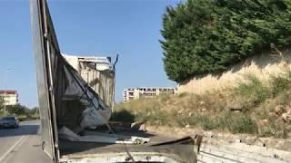 Tir sbanda su via Gravina, il carico di vetro invade la strada