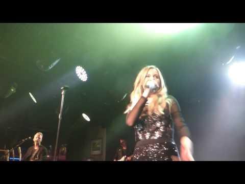 Kelsea Ballerini - Looking At Stars (HD) - Under The Bridge - 11.05.17