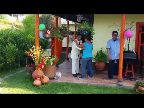 La señora bailando hasta que ve el señor no tiene medio smoquin