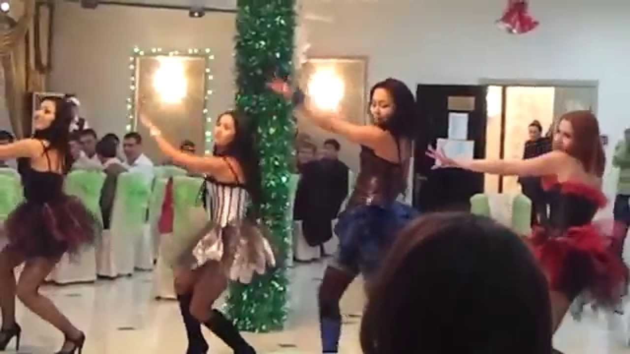 пьяные женщины танцуют в трусах на корпоративах