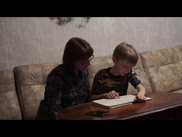 Изображение предпросмотра прочтения – «Семейный» читают произведение «Говорящий свёрток» Дж.Даррелла