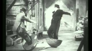 Stan Laurel and Oliver Hardy are human subbuteo (Italian version)