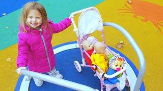 Эльвира и куклы играют на площадке под английские  песенки для детей