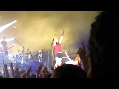 Paramore Misery Business with fan Melbourne 2014 Sidney Myer Music Bowl