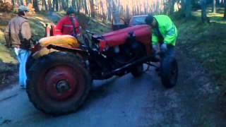 Wyciąganie złamanego traktora z lasu Bolewice.