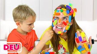Spielzeug wird auf Mamas Gesicht Vlad und Niki stecken