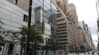 США: Нью-Йорк, Пятая авеню / NYC: 5th avenue(Прогулка по Пятой авеню от 42ой улицы до Центрального парка. Старинные и новые здания: универмаг Сакс, Рокфел..., 2015-12-12T13:22:45.000Z)