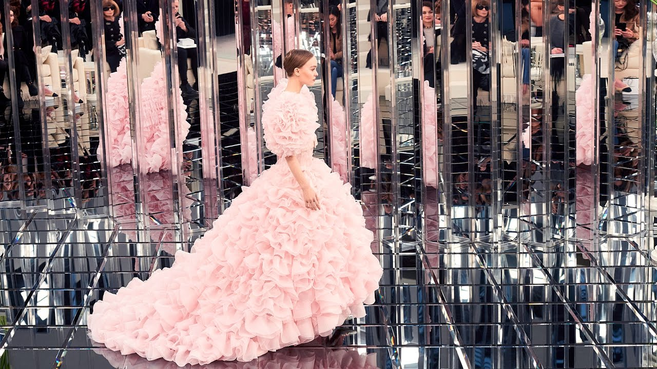 Spring-Summer 2017 Haute Couture Show - CHANEL - YouTube 9ed6225069e