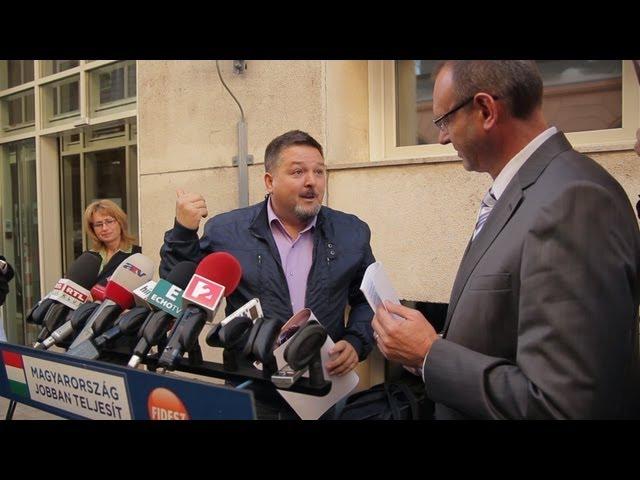 Így üvöltötték le a Fidesz szóvivőjének fejét az MSZP-székház előtt
