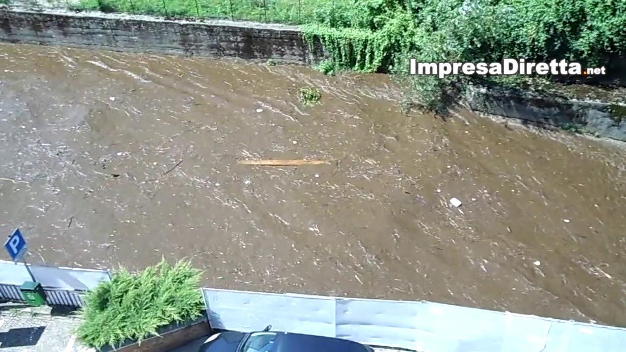 Atripalda - Ore 13,52 di oggi, Domenica 2 Settembre. Il fiume Sabato improvvisamente si trasforma in una discarica.
