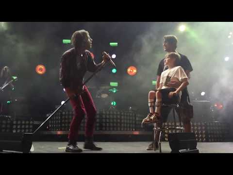 Cage the Elephant Brings Disabled Kid onto Stage - Shake Me Down (Front Row)