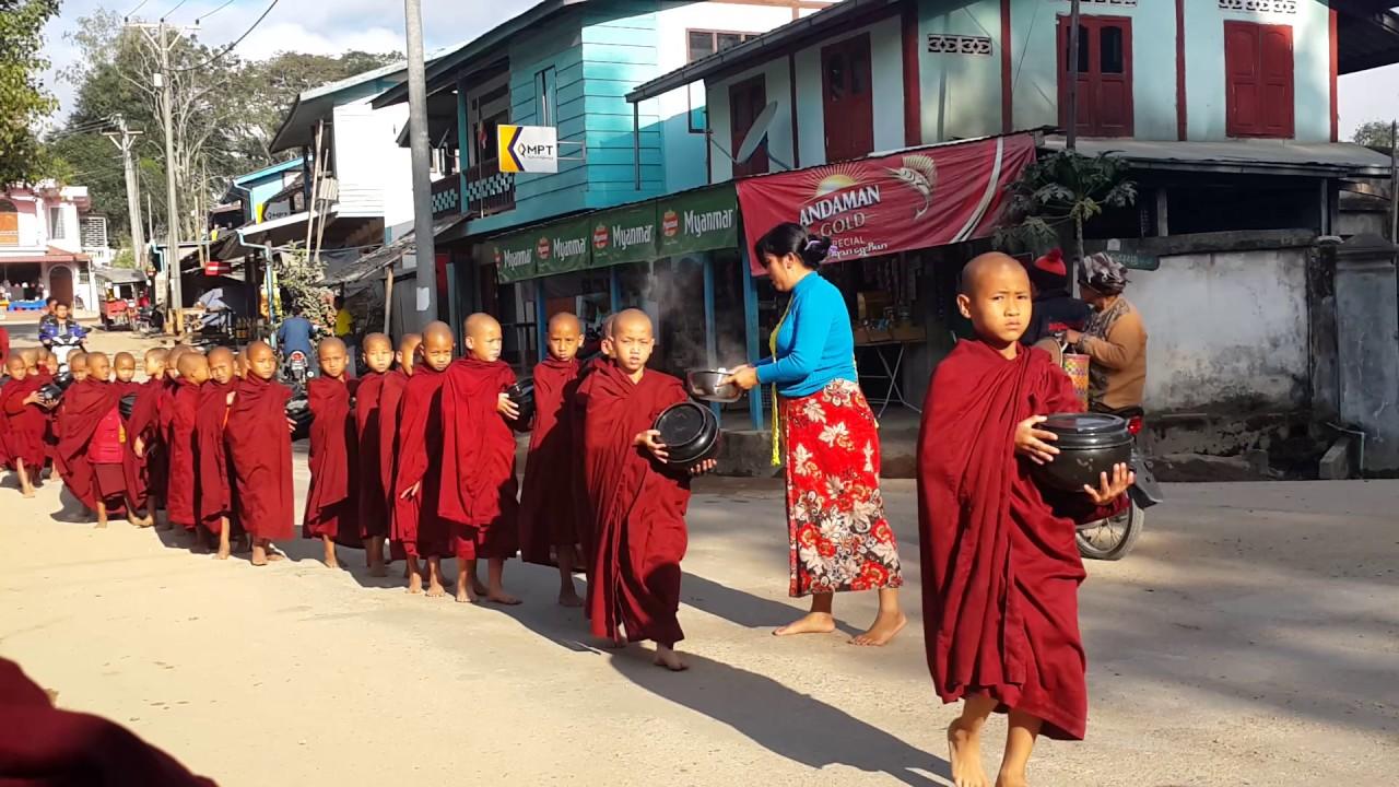 พระเณรพม่า บิฑบาตร ที่เมืองปิง พม่า