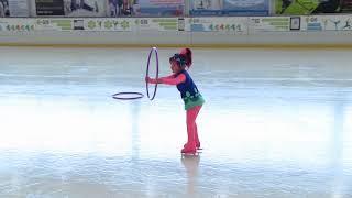 Маленькая фигуристка. Обручи на льду.