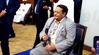 شاهد: الفنان صلاح ابن البادية يتغنى في حفل توقيع الوثيقة الدستورية وسط الرؤساء