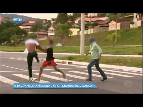 RecordTV flagra briga por guarda de criança na saída de fórum