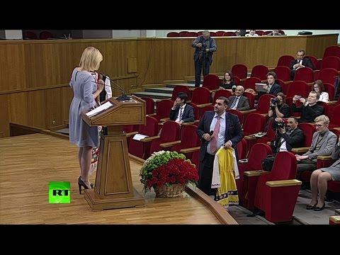 Журналист подарил Захаровой