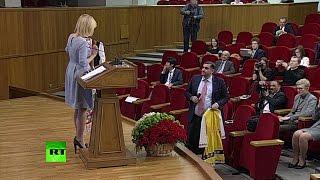 Журналист подарил Захаровой национальный болгарский костюм