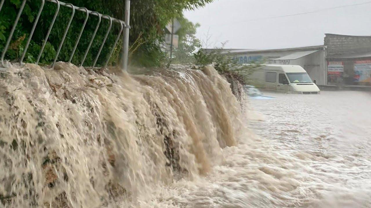 Улицы превратились в реки, волны как на море. Потопы на курортах России