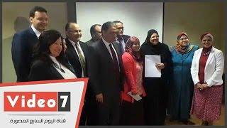 وزير الصحة يكرم مديرة مستشفى منشية البكرى