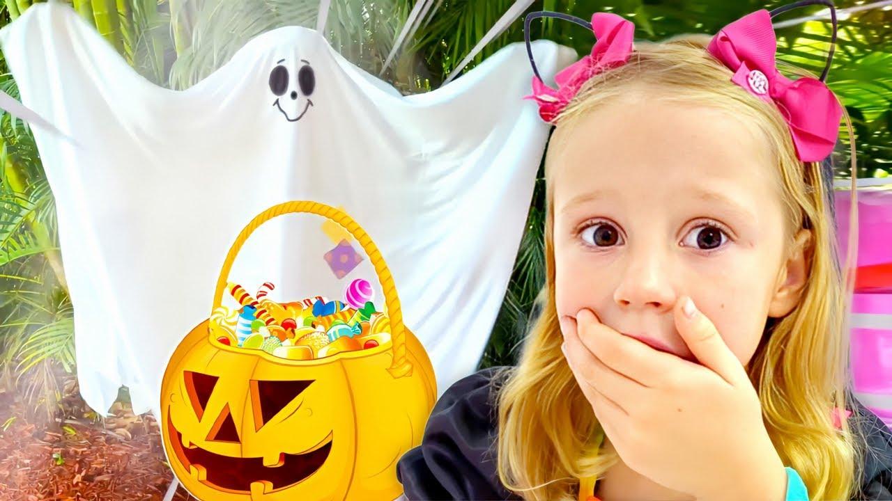 Nastya se vistió con un traje de Halloween y recoger caramelos