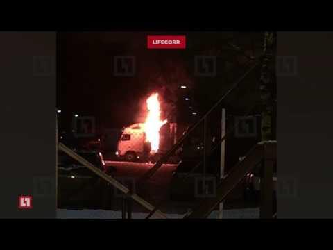 Грузовик с водителем в кабине вспыхнул на парковке завода во Всеволожске