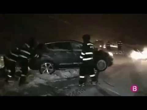 Milers de persones passen la nit dins els seus cotxes per les fortes nevades a les carrete