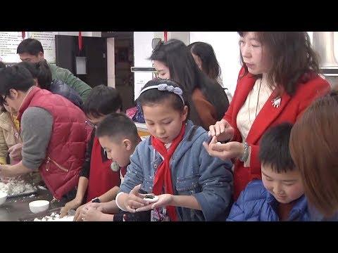 Family, friends celebrate Lantern Festival in southwest China