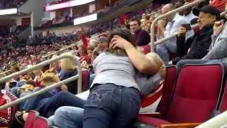Il embrasse une autre fille devant son rencard et le stade en entier !