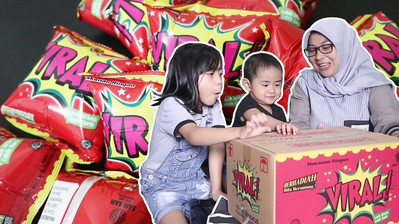 Rame-Rame Keluarga Super Fafa Buka Snack Viral Satu Dus !!