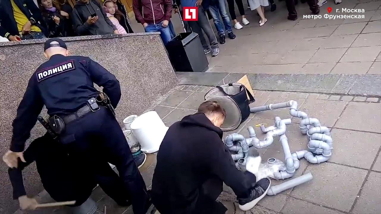 Уличные музыканты не замечают полицию