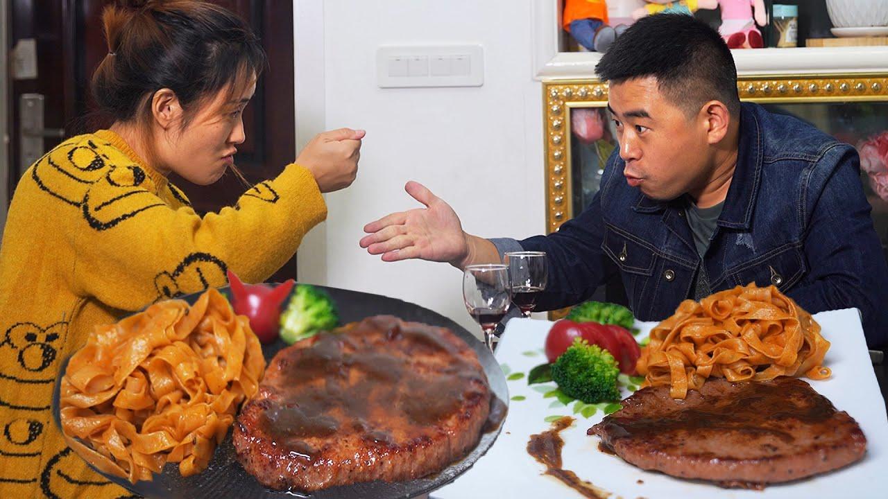 【超小厨】创新夜宵,黑椒牛排+火鸡面,夫妻俩划拳拼红酒,配花生米太上头!