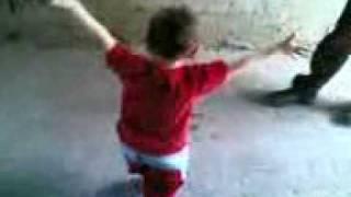 طفل يرقص بشكل عجيب