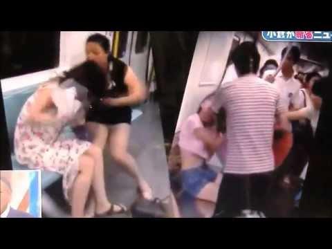 中国の地下鉄 互いの服を引き裂く女達 8月12日TVニュースから