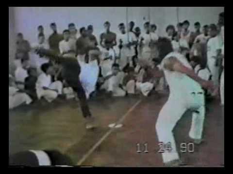 Mestre Pipoca (Senzala) X Canhão (aluno de Mestre Camisa) - 1990