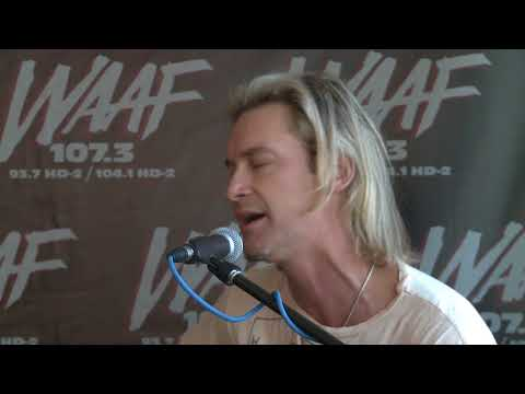 """Bronson Arroyo Performs """"If I Had A Gun"""" by Noel Gallagher's High Flying Birds"""