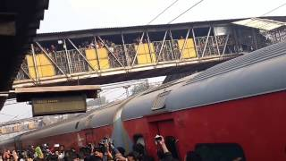 Shahrukh Khan arrives at Delhi(Hazrat Nizamuddin) by train to promote Raees