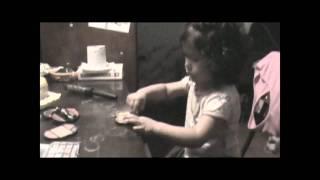 Mia maquillandose - Dia de la madre video 1