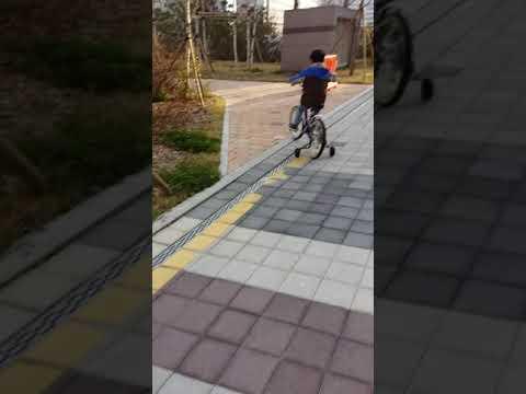 Download 20160412 네발 자전거 타다가 갑자기 자빠지기