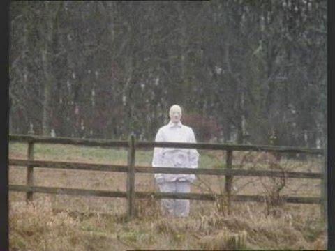 Hombre vestido de blanco en granja