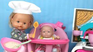 Bebe come papilla!muñecas nenuco preparan primera comidita a Leo.Aventuras de bebe Lola thumbnail