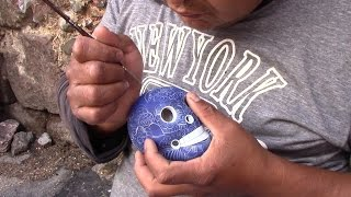 Pintura sobre el barro convertido en una artesanía por manos guerrerenses