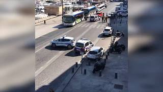 Автомобиль врезался в две автобусные остановки в Марселе