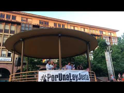 Intervención de Óscar Freire en el acto de Torrelavega contra los atropellos de ciclistas en España