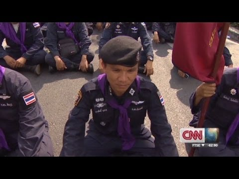Thai police and protestors remove barriers, call truce