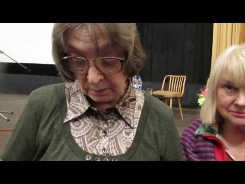 Людмила Абрамова  отвечает на вопросы и дает автографы.