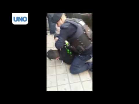 Video: detenido tras robar un teléfono en pleno centro y amenazar con un cuchillo