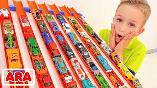 نيكيتا يستمتع مع سيارات اللعب مدينة هو ويلز للسيارات