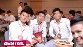 Cổ động viên reo hò khi gặp tuyển thủ Olympic Việt Nam | VTC Now