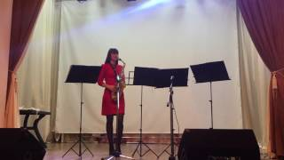 Девушка взрывает публику играя на саксафоне песню Sway